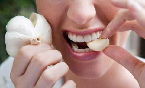 Chữa đau răng khôn hiệu quả bằng tỏi